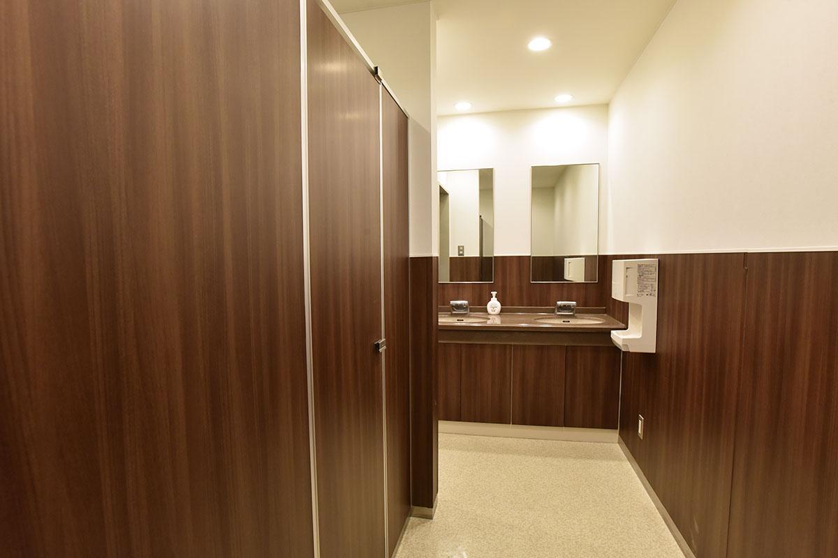 トイレも女性は2つ、男性は小2つ、大2つと多めに用意しています。