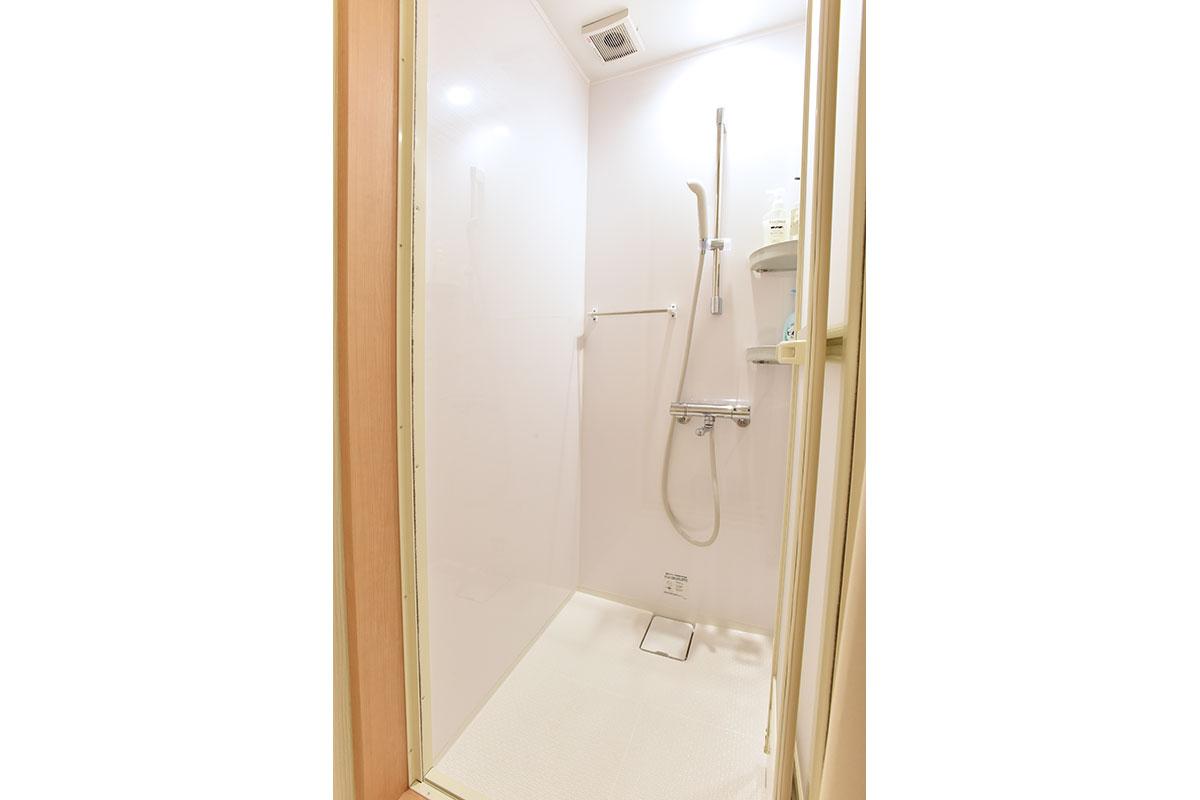 ロッカールームにはシャワールームもあります。